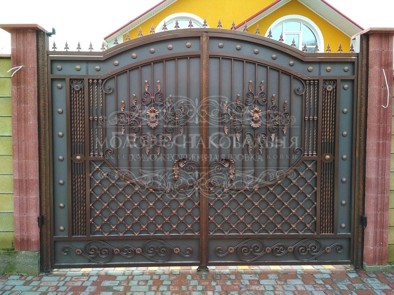 Кованые ворота В-008 для частного дома