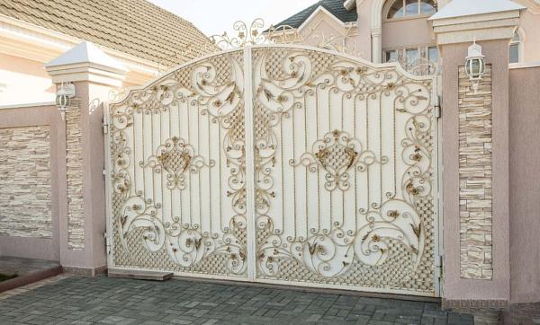 Белые кованые ворота В-009 с профлистом