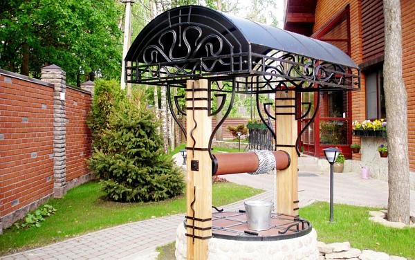 Кованый домик для колодца К-002